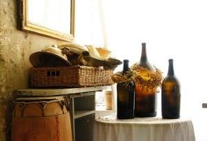 Canastos y botellas que decoran este estilo