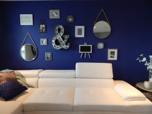 Una pared con accesorios modernos decorativos