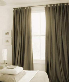 Instalando cortinas en un dormitorio moderno - Cortinas encima de radiadores ...
