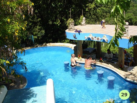 Una piscina en la casa