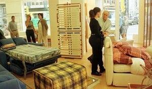 Buscando muebles en tienda.