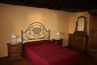 Ubicaci n de los muebles en el dormitorio for Muebles de dormitorio antiguos
