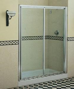 Limpiando las puertas de vidrio de la ducha Puertas corredizas banos