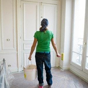 Pintando la carpintería del hogar.