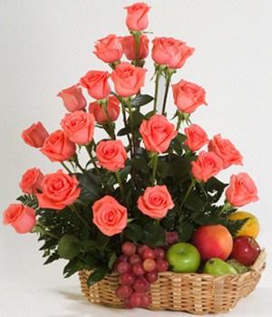 Rosas y frutas juntas en la decoración.