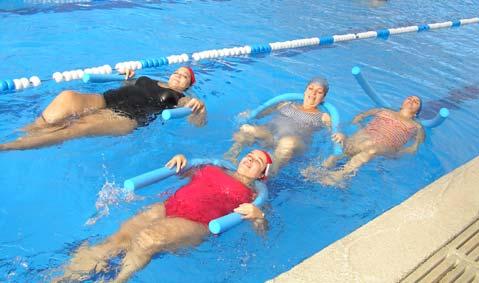 Por qu la nataci n es el ejercicio perfecto para las for Ejercicios en la piscina