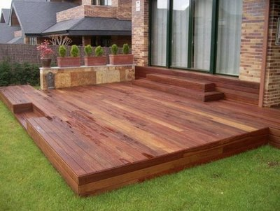 Instale un deck en el jard n for Como iluminar un patio exterior