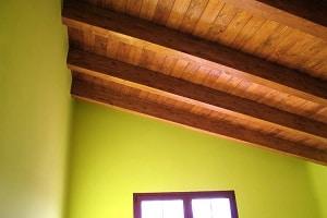 Instalando vigas de madera en el techo - Vigas de madera huecas ...